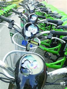 武威路地铁站外被砸毁的共享电单车 /晨报记者 叶松丽