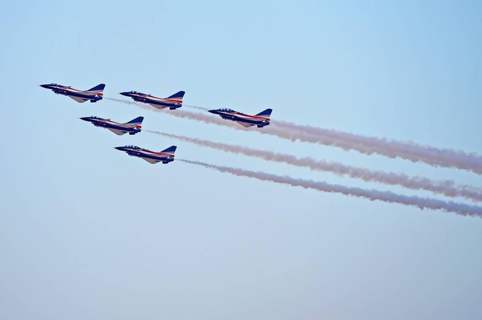 飞行表演共持续约3个小时,F-22,苏-35,A350等10多型军,民用飞机先后