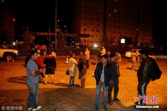 图为伊拉克民众疏散至街道。图片来源:视觉中国