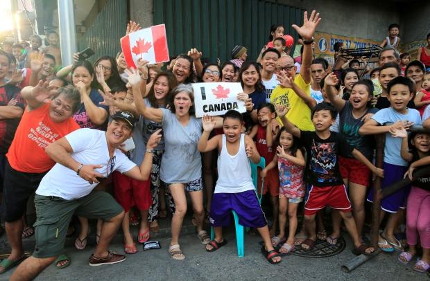菲律宾民众欢迎特鲁多的到来(图源:路透社)