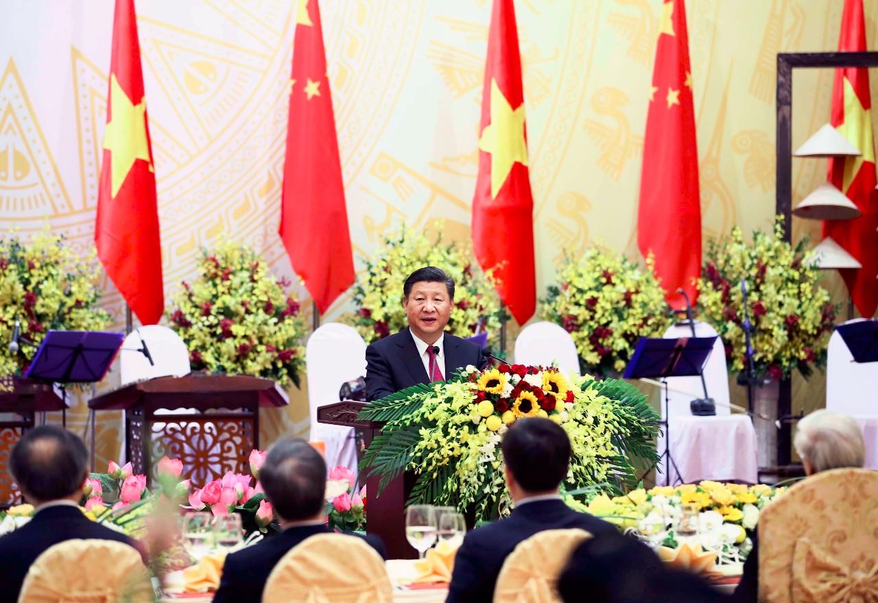11月12日,中共中央总书记、国家主席习近平出席越共中央总书记阮富仲和越南国家主席陈大光在河内国际会议中心举行的隆重欢迎宴会。这是习近平在欢迎宴会上致辞。新华社记者兰红光摄