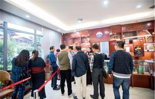在茅台镇中国酒文化城的游客服务中心内,经常可以看到排队购买名酒的游客。视觉中国