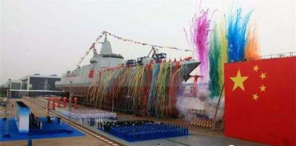 图为中国海军055型导弹驱逐舰下水时的场景
