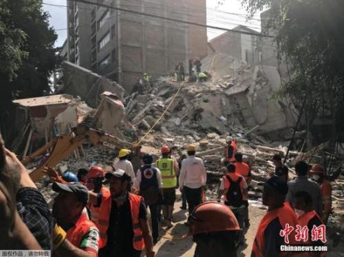 当地时间9月19日下午,墨西哥发生7.1级地震,救援人员展开搜救工作。