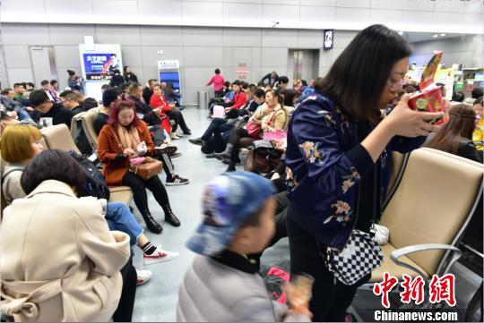 图为机场滞留旅客。 吕俊明 摄