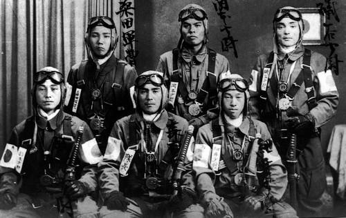 这是日本神风队队员的资料照片。新华社发