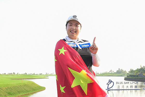 2017年11月13日,海南陵水,2017LPGA蓝湾大师赛,冯姗姗披国旗庆祝成为世界第一。视觉中国 图