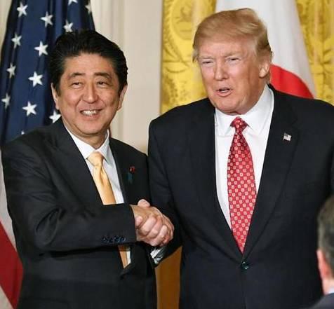 从握手方式凸显特朗普对待日韩差异_日本赢了:他待我们更亲切!
