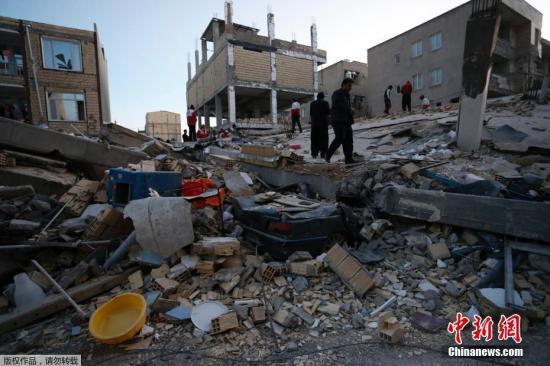 伊朗救援人员在震区内进行搜救工作。