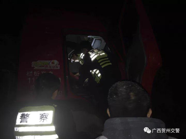 贺州男子发生车祸被卡在车内动弹不得!交警蜀黍决定这么做......