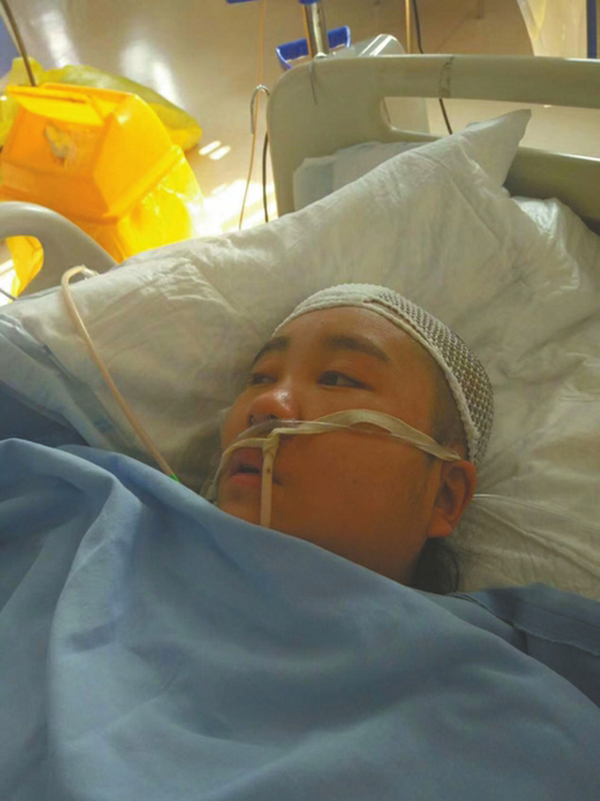 11月13日,童晓芳的眼睛睁开,但面对丈夫呼唤没有任何反应。
