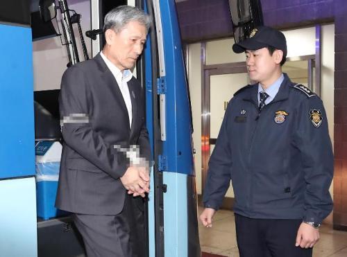 13日上午,在首尔中央地方检察院,前国防部长官金宽镇走下押送车,接受被捕之后的首次调查。法院本月11日签发了对金宽镇的逮捕令。(图片来源:韩联社)