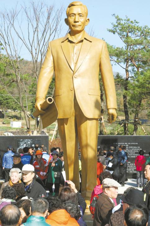 竖立在朴正熙故居的雕像