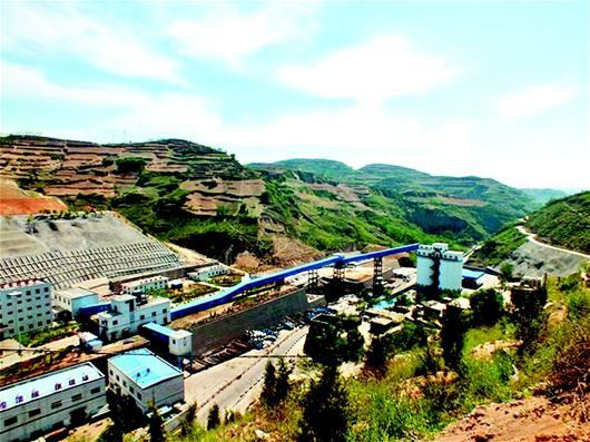 图为:张文龙(左三)和他的矿工兄弟们张文龙曾经工作过的煤矿