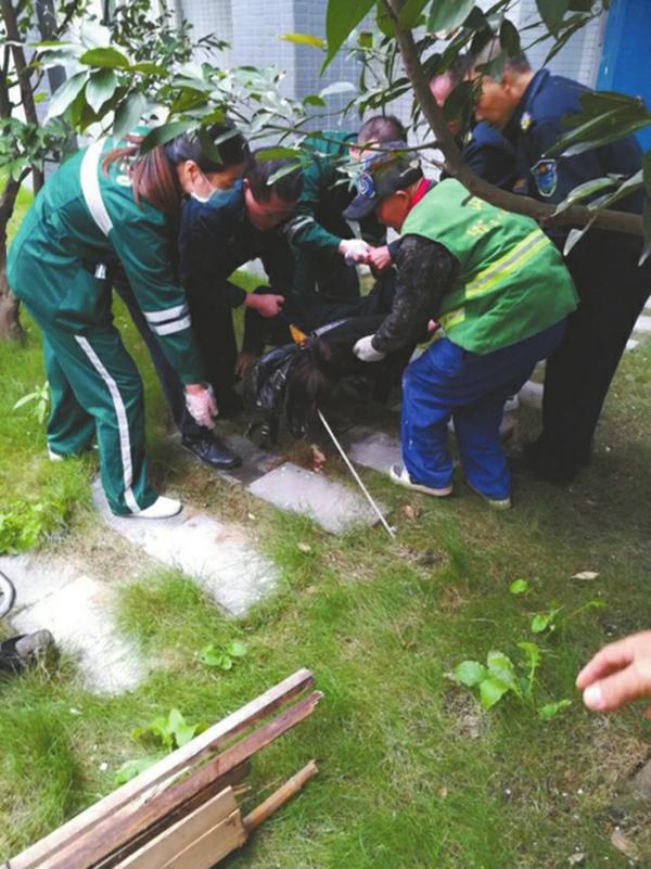 童晓芳出事后,居民和医护人员立即施救。