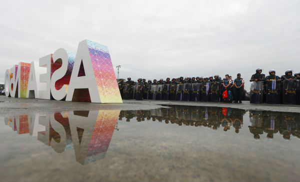 第31届东盟峰会及系列会议开幕前夕,菲律宾多个负责安保的部门举行动员仪式,保证会议安全举行。 (新华社)