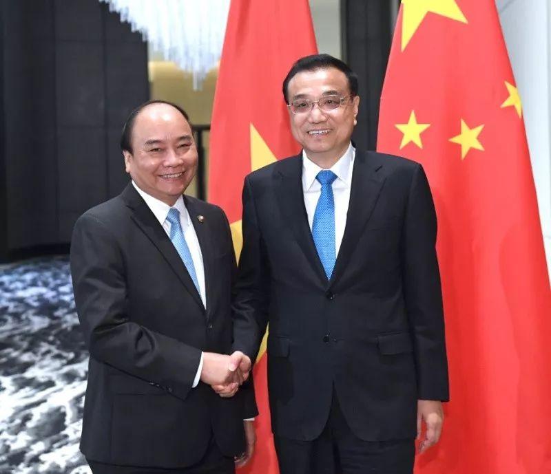 ▲11月13日,国务院总理李克强在菲律宾马尼拉下榻饭店会见越南总理阮春福。