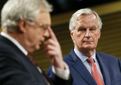 """资料图片:11月10日,在位于比利时布鲁塞尔的欧盟总部,欧盟首席谈判代表米歇尔·巴尼耶(右)与英国""""脱欧""""事务大臣戴维·戴维斯出席联合记者会。新华社记者 叶平凡 摄"""