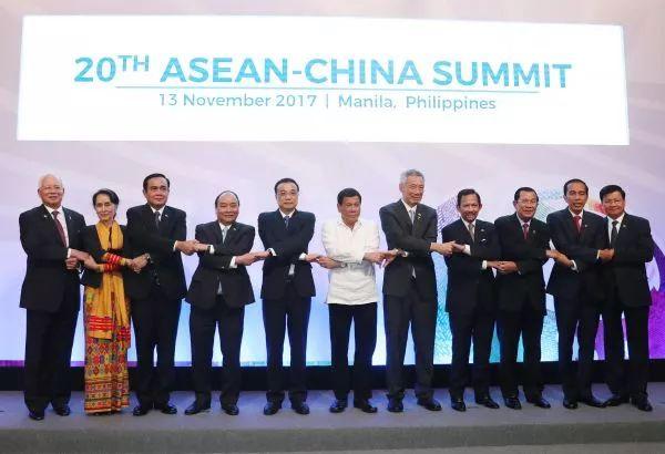 ▲11月13日,国务院总理李克强在菲律宾国际会议中心出席第20次中国-东盟(10+1)领导人会议。这是会前,李克强同与会东盟十国领导人合影。(新华社)