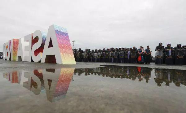 ▲第31届东盟峰会及系列会议开幕前夕,菲律宾多个负责安保的部门举行动员仪式,保证会议安全举行。 (新华社)