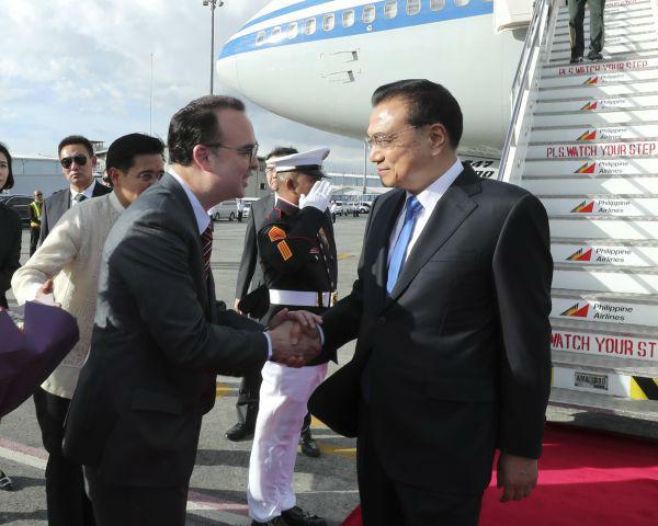 11月12日,国务院总理李克强抵达马尼拉出席东亚合作领导人系列会议并对菲律宾进行正式访问。(新华社)
