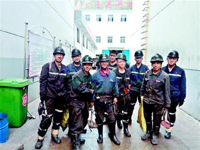 图为:考研成功前,张文龙(左四)是山西吕梁一座煤矿的巡检员。