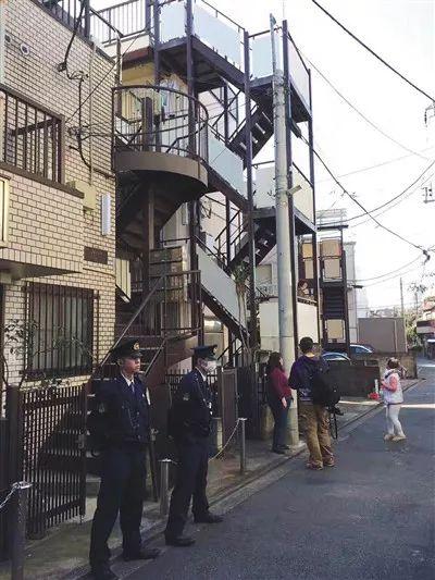 ▲去年11月5日下午,警察守在东京中野区江歌住所门口。受访者供图