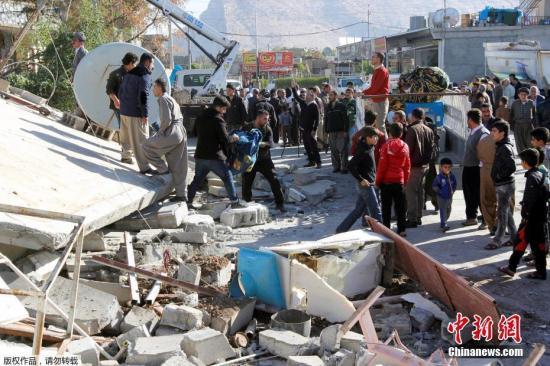 当地时间11月12日晚间发生在伊朗茹忆绒服饰旗舰店和伊拉克边界地区的7级以上强震。图为伊朗Darbandikhan,人们在瓦砾中进行救援。