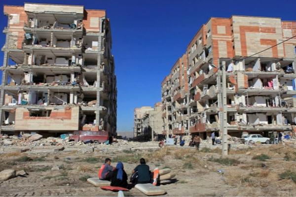"""图为地震中倒塌的""""经济适用房""""(图片来源:美联社)"""