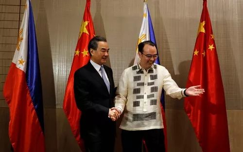 ▲资料图片:7月25日,中国外交部长王毅与菲律宾外长卡亚塔诺在马尼拉举行会谈。(路透社)