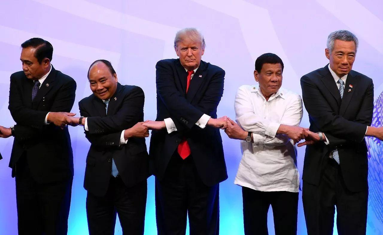 ▲美国总统特朗普出席东盟峰会并与各国向导人合影留念。(视觉中国)