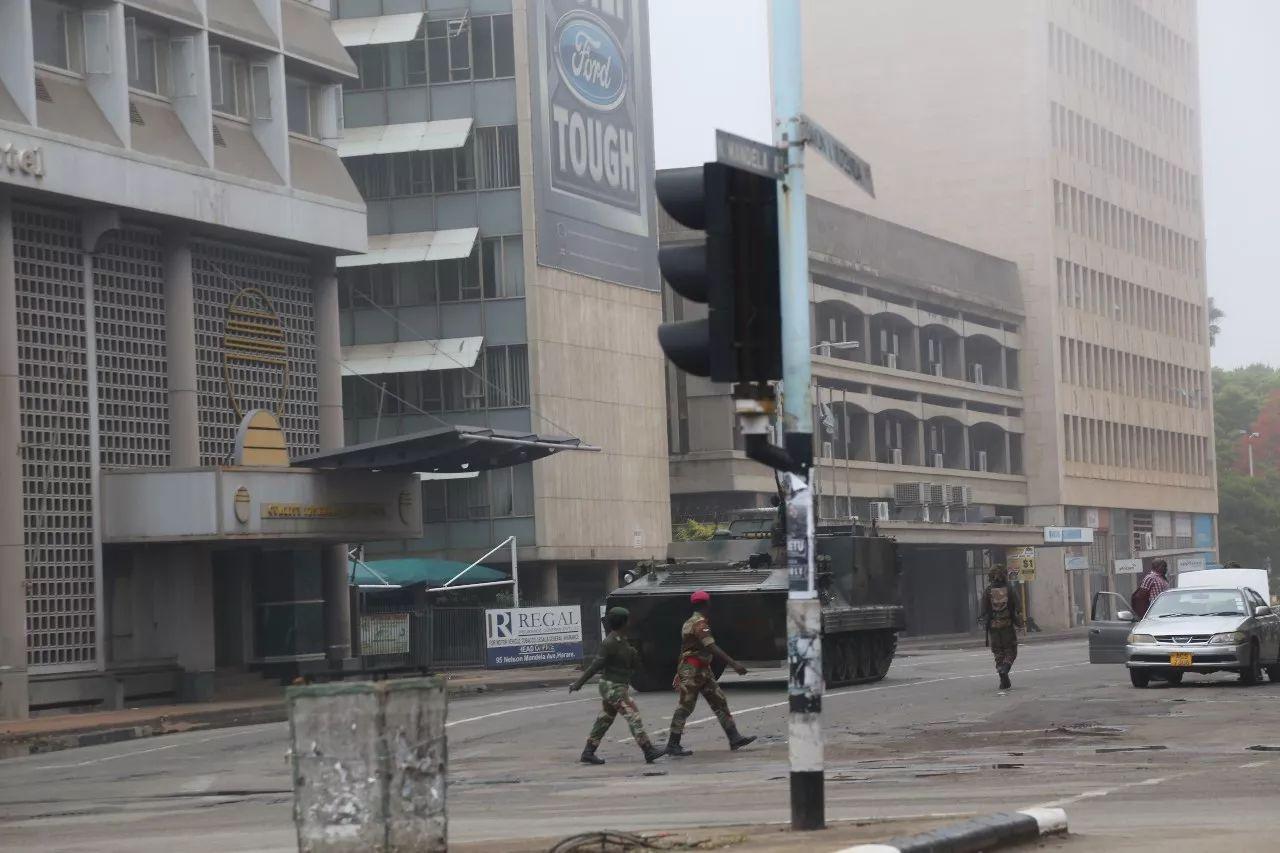 11月15日,在津巴布韦首都哈拉雷,士兵和军车在街头巡逻。新华社发(陈雅琴摄)