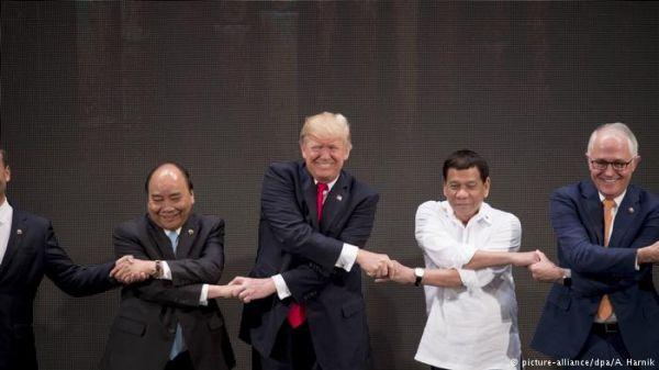第31届东盟峰会在菲律宾开幕。美国总统特朗普(中)与菲律宾总统杜特尔特(右二)在峰会合影。(德国之声电台网站)