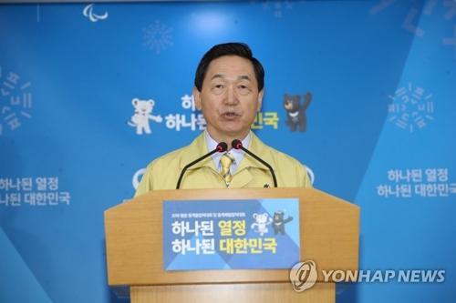 11月15日,在首尔中央政府大楼,教育部长官金相坤宣布将高考日程延期。来源:韩联社。