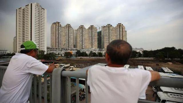 胡志明市的高楼与工地。