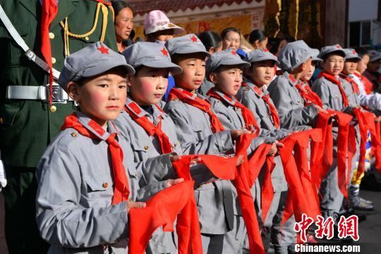 四川省阿坝州首批小学红军授牌小学在小金县举金凤仪式图片