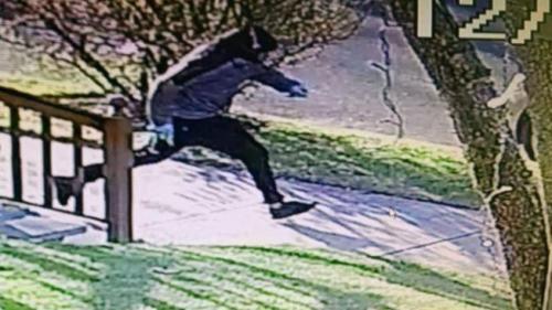 伯克利行凶后被监视录像拍到他逃跑的身影。(美国《世界日报》档案照)