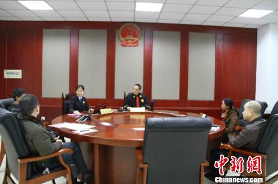 家事少年审判庭法官蒋新儒调解离婚案件。 吴霜雪 摄