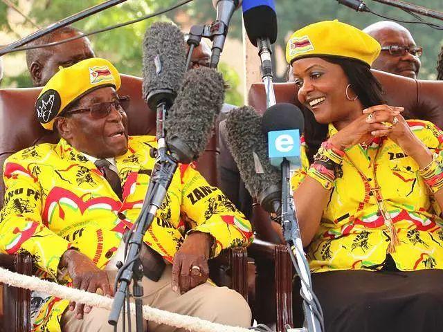 ▲津巴布韦总统穆加贝和妻子格蕾丝。图/新华社