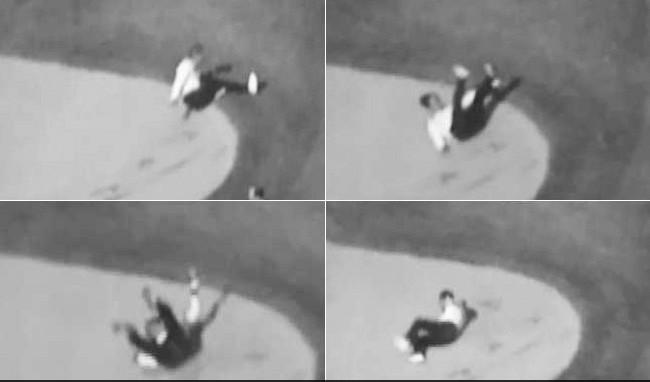 安倍在高尔夫球场沙坑摔倒的几个片段。