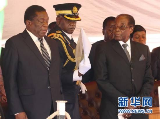 穆加贝(前右)和时任副总统姆南加古瓦(前左)