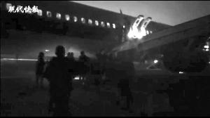 飞机备降后,乘客们紧急撤离 截图来自小王拍摄的视频