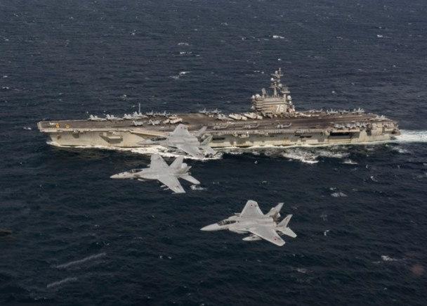 图为里根号战机日前与日本航空自卫队战机演习。