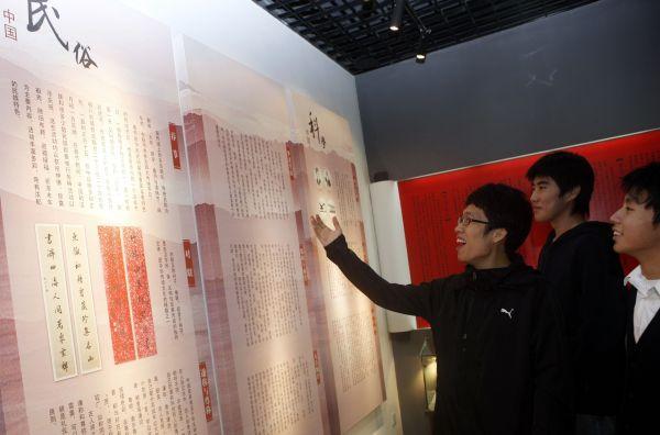 """资料图:上海甘泉外国语中学的韩国留学生(左)在""""读懂中国""""文化体验馆内用中文朗读文学作品。新华社记者张明摄"""