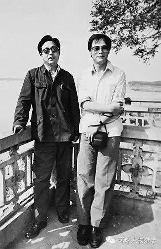 1983年,王岐山(右)与同事在湖北赤壁。