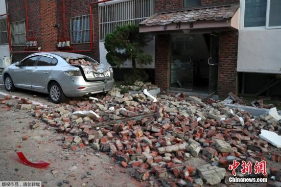 地震后,房屋受损严重。