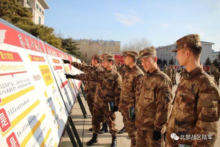 该旅官兵在党的十九大报告宣传展板前热烈讨论