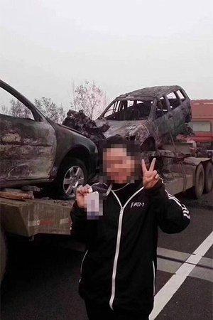 媒体评电台女主播车祸现场剪刀手拍照:慈悲心呢?