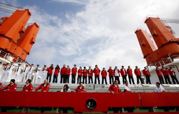 """10月10日,在上海中国极地考察国内基地码头,中国第八次北极科学考察队队员在""""雪龙""""号甲板上列队准备下船。新华社记者 方�� 摄"""