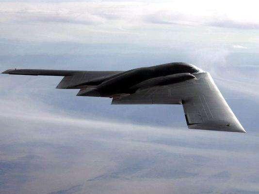 图为美国空军装备的价格昂贵的B-2战略轰炸机